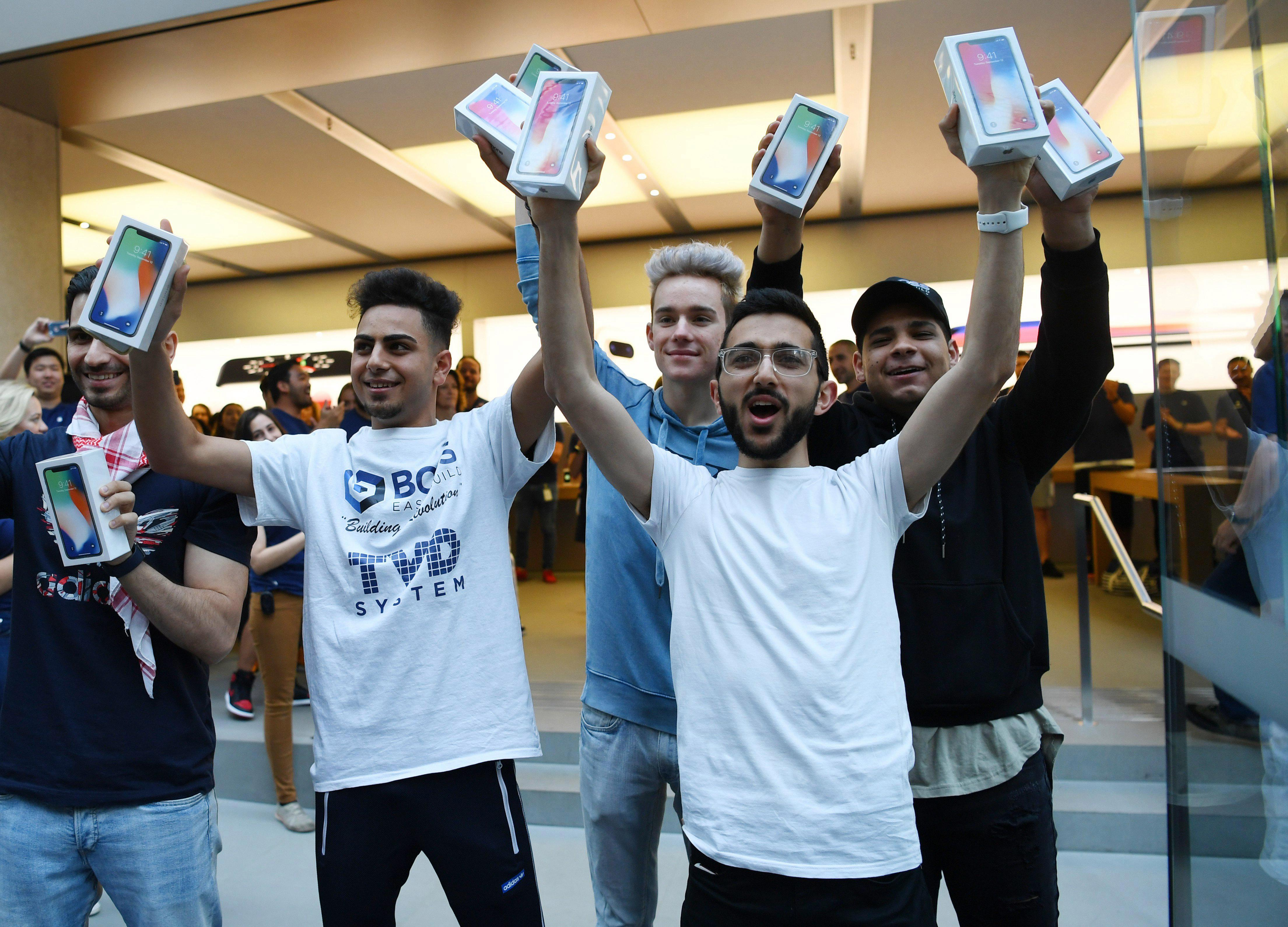 a6dd910423edbecc01e948653092c47d Apple iPhone X fans finally get their hands on the new device as thousands swarm stores worldwide on release day