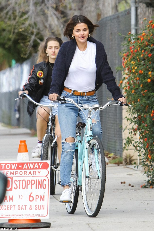 0782db434cc1cb641f9d08383b753f67 Who needs the Biebs? Selena Gomez kicks off her weekend with a bicycle ride in LA amid break from Justin