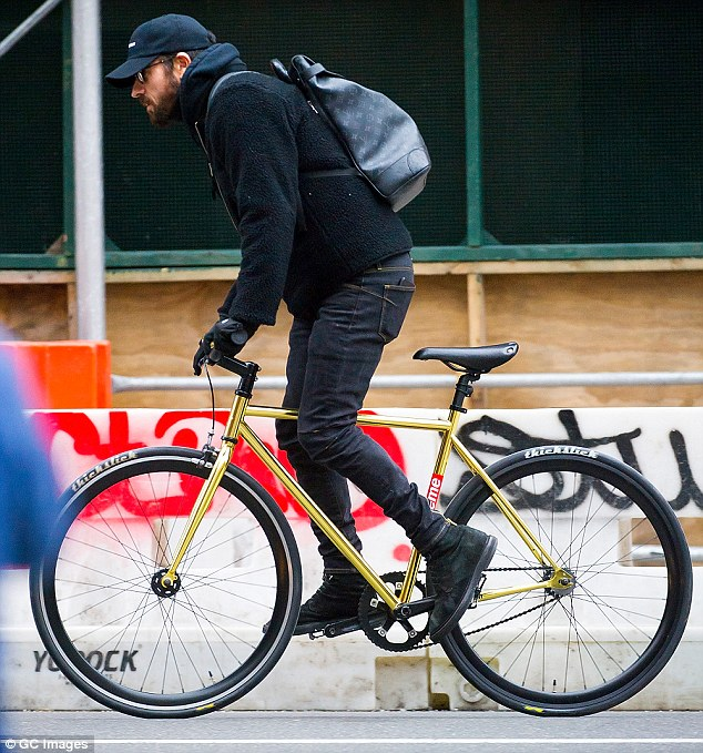 a1633406158fe265edf9538cdd237382 A regular New Yorker! Newly-single Justin Theroux pedals through traffic on his gold fixed-gear bike